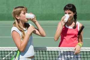 Теннисистки пьют воду